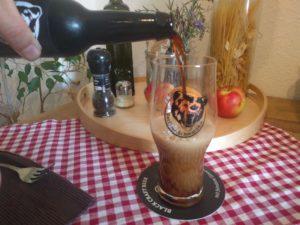 Der erste Schluck des Berliner Schwarzbieres